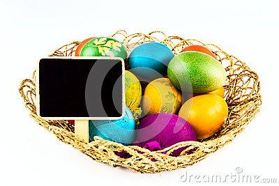 Huevos de Pascua adornados en una cesta tejida coloreada tradicionalmente.