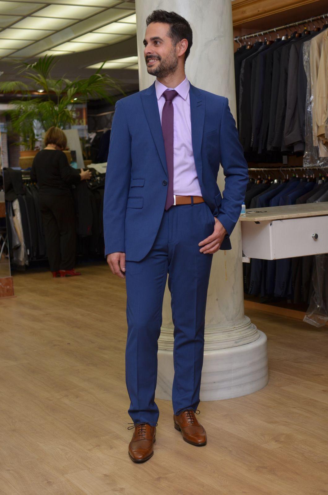 Traje slim fit azul klein con calzado en color tabaco.  4f22e6cc095