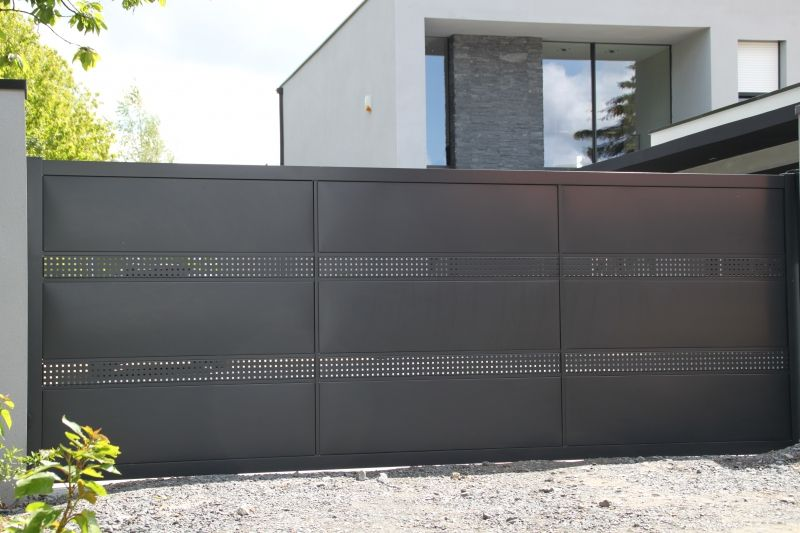 Portail aluminium semi-ajouré modèle Brésil en tôle perforée