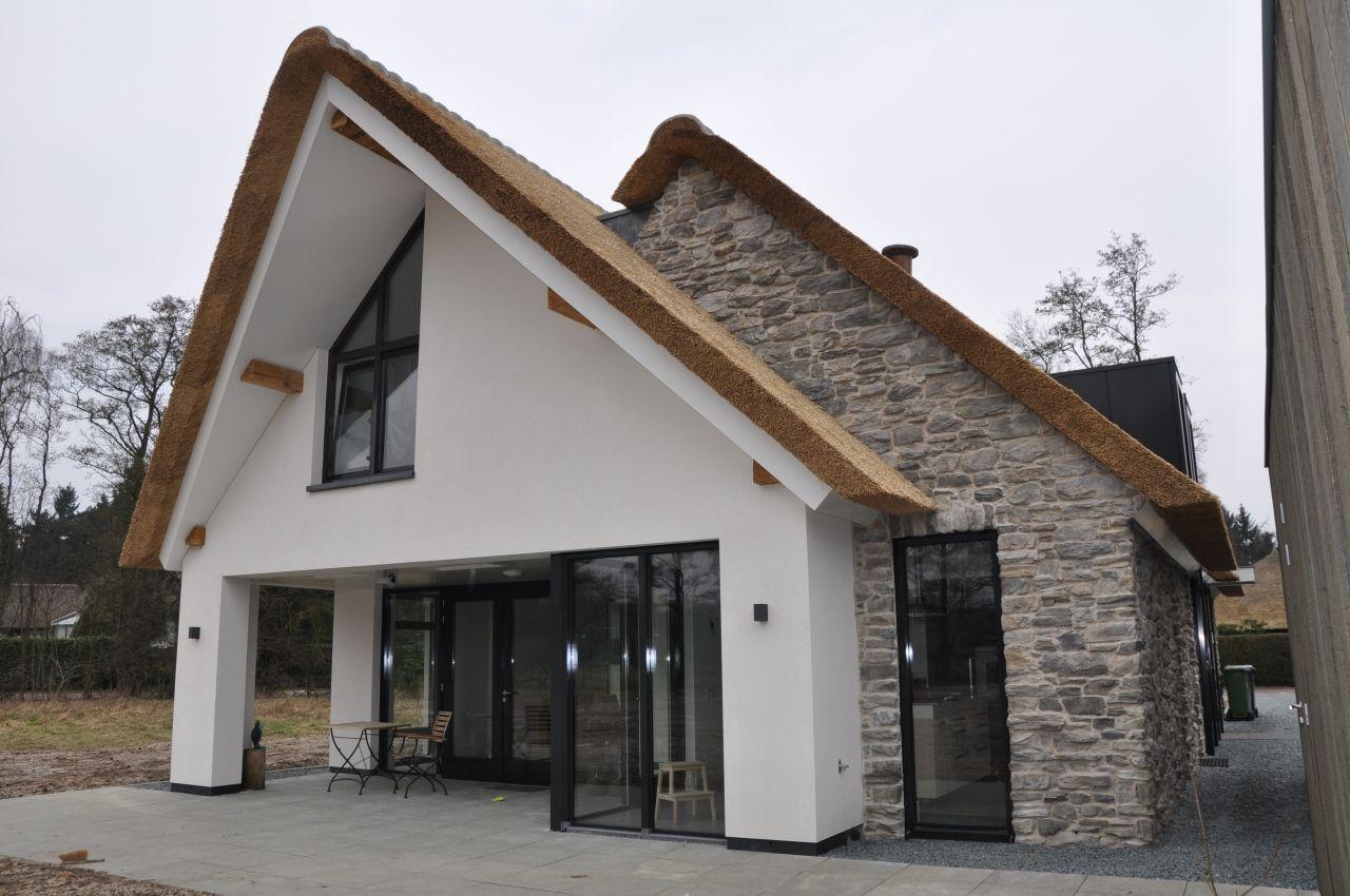 Cottagestone steenstrips huis met rieten kap schuurwoning pinterest villa 39 s en met - Modern stijl huis ...