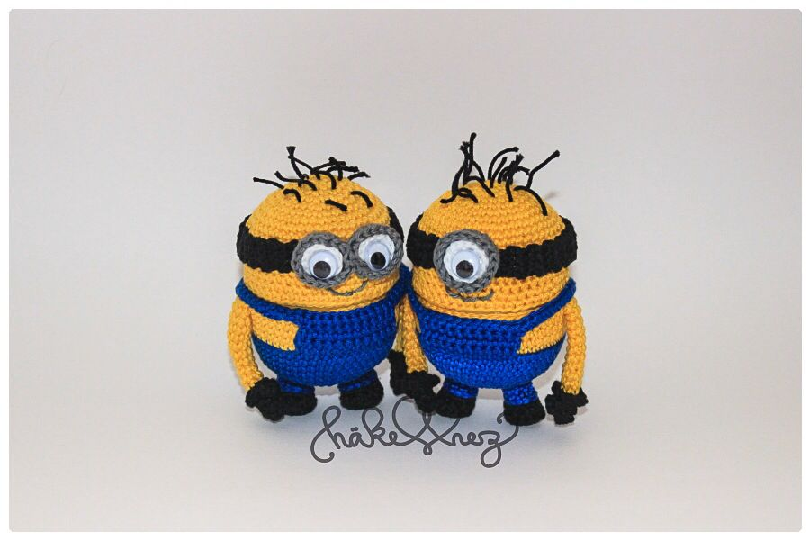 crochet minions, on the inside is a yellow plastic egg of kinder ...