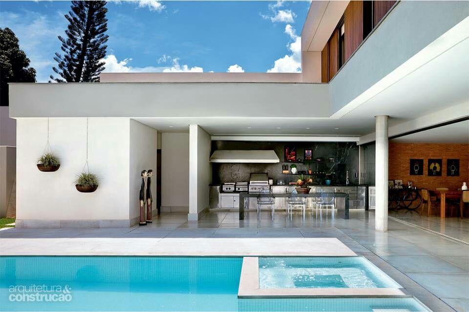 Piscina no meio de casa separada da sala e da cozinha por for Casa minimalista 300m2
