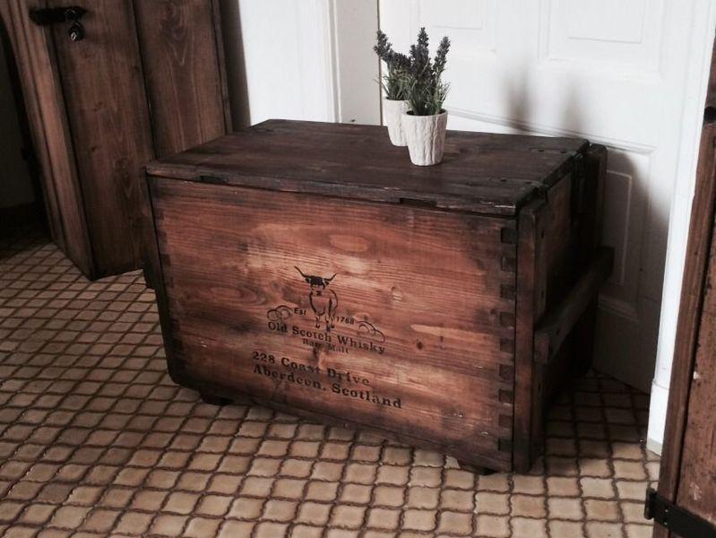 Holzkiste wohnzimmer ~ Alte holztruhe holzkiste vintage whiskykiste von kistenjack via