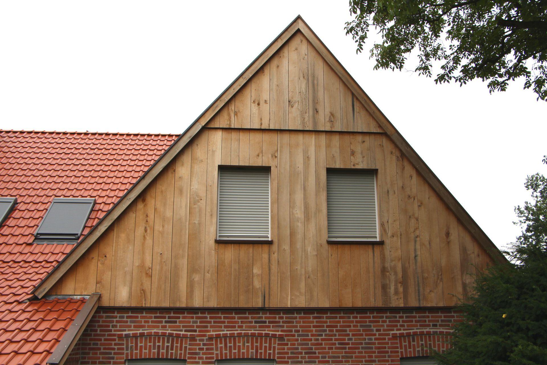 Giebelverkleidung Eines Bauernhauses Mit Eichenbrettern In Unterschiedlichen Fallenden Breiten Breiten Holzverkleidung Fassade Fassade Fassadengestaltung