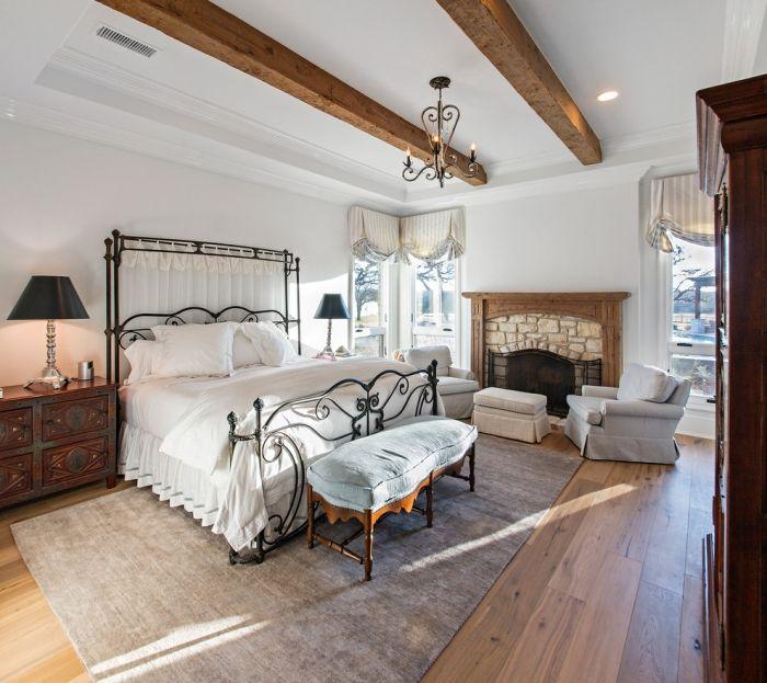 modern-schlafzimmer-weiß-bett-kopfteil-schmiedeeisen-teppich-grau