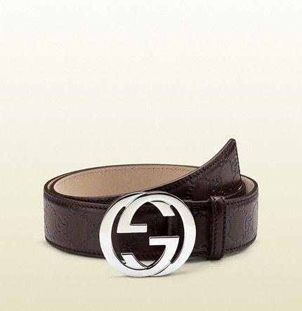 317c45daaff Cinto de couro Gucci com logo da marca como fivela em prata ...