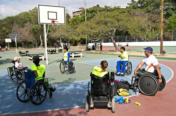 Foto de atletas en silla de ruedas entrenando básket