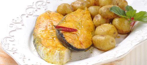 Receita de Salmão assado no forno com batata nova e especiarias. Descubra como cozinhar Salmão assado no forno com batata nova e especiarias de maneira prática e deliciosa com a Teleculinaria!