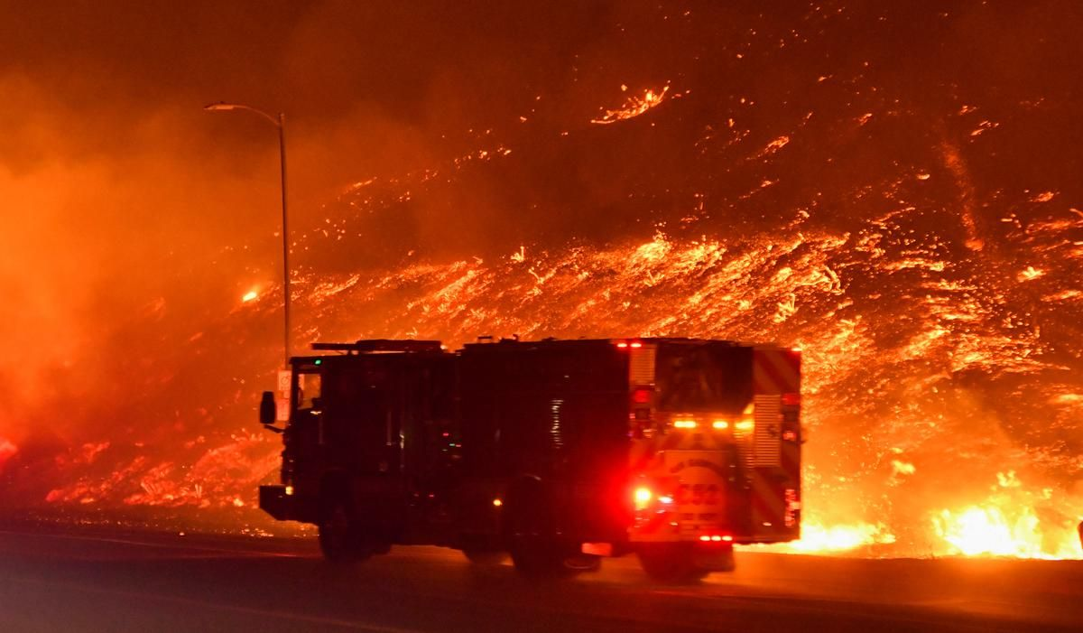 One Man Dies As Wind Driven Los Angeles Wildfire Forces 100 000 To Flee California Wildfires Los Angeles Fire
