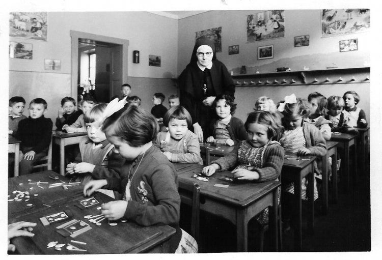 chez les bonnes soeurs ecole maternelle vieille verrerie photo de classe de 1956 ecole. Black Bedroom Furniture Sets. Home Design Ideas
