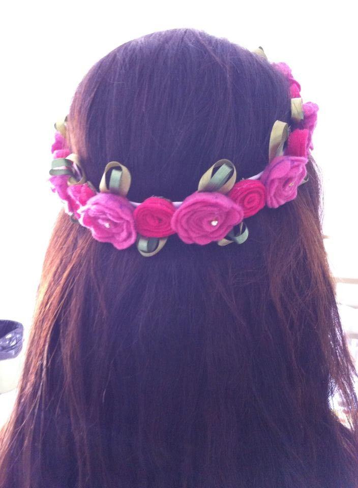 Linda tiara de feltro com dois modelos de rosas, com folhas de fitas ...