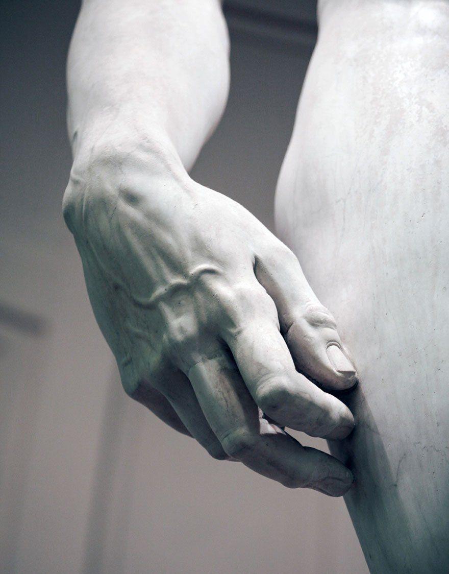 Exquisita escultura del siglo XIX envuelta en una velo de mármol