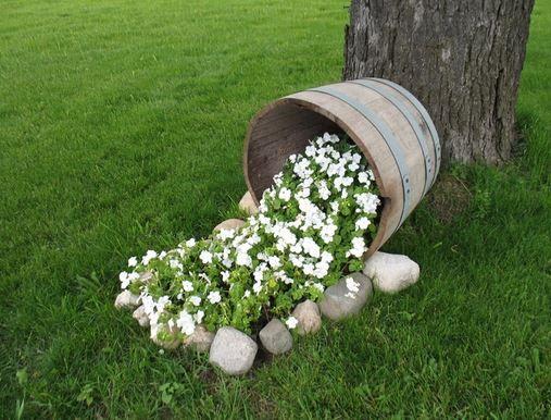 macetas con barriles de vino para tu jardn