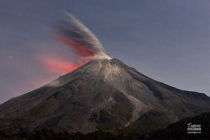 Fotografía de la cuenta de Twitter de @tapirofoto: Viernes 14 de feb a las 22:13 hrs, Volcán de Colima, México