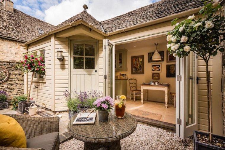 Idee giardino piccolo con pavimento in ghiaia casetta in legno e mobili in rattan giardino - Idee giardino piccolo ...