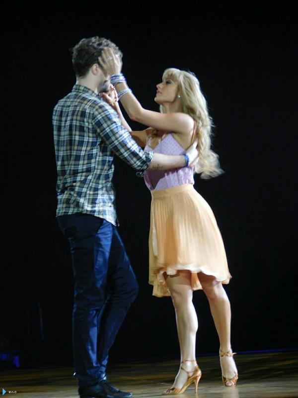 Jay e @AlionaVilani na turnê do Strictly em Liverpool, na Inglaterra. (via @VixG) (2 fev.)