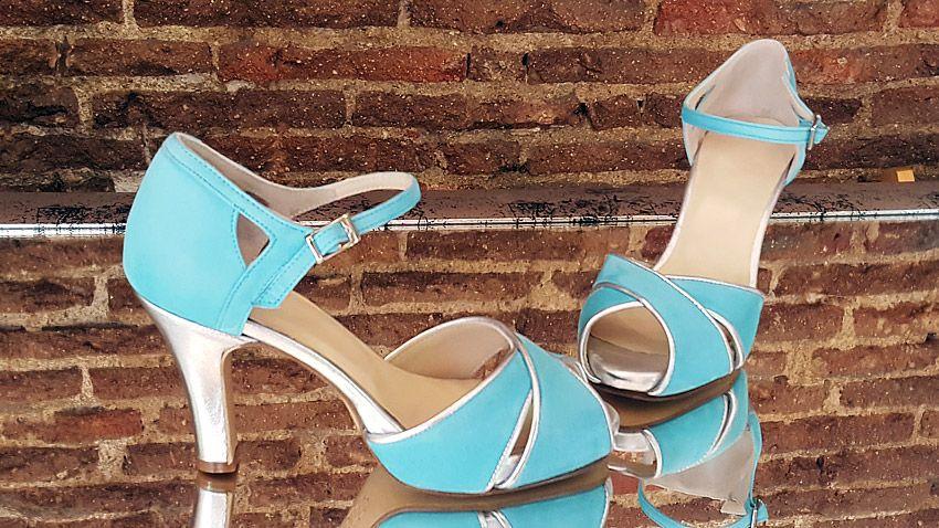 Modelo nuevo de sandalias de la temporada 2016, hecho en ante azul y plata.