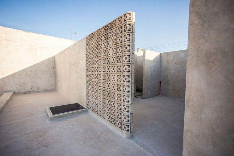 Murs De Béton Recouverts Du0027enduit Extérieur Ciré Et Un Mur Décoratif En  Béton Aspect Moucharabieh