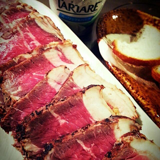 連日の食べ過ぎ飲みすぎで、そろそろ胃が弱ってきたので夜は残り物を軽く摘まんでワインをガブガブ…結局いつもと同じでした。 - 134件のもぐもぐ - お節で残ったロービーをツマミに♪ Hand made roasted beef by BUBU
