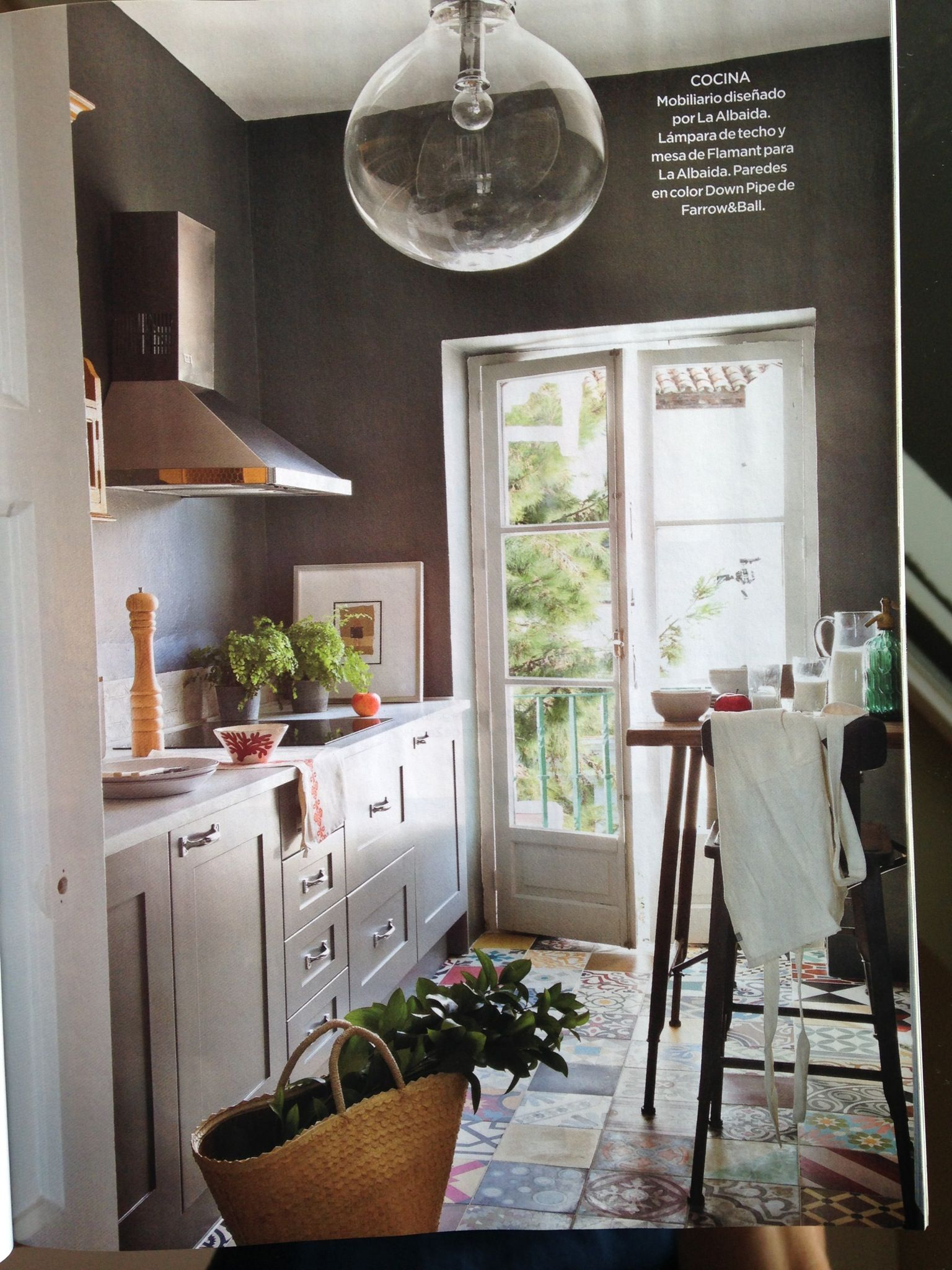Kitchen Furniture Painted With Plummet, Walls With Down Pipe Hidraulic