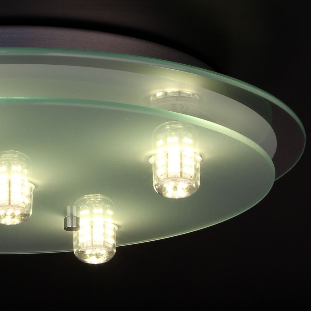 un lampadario moderno in vetro illuminato con lampade led