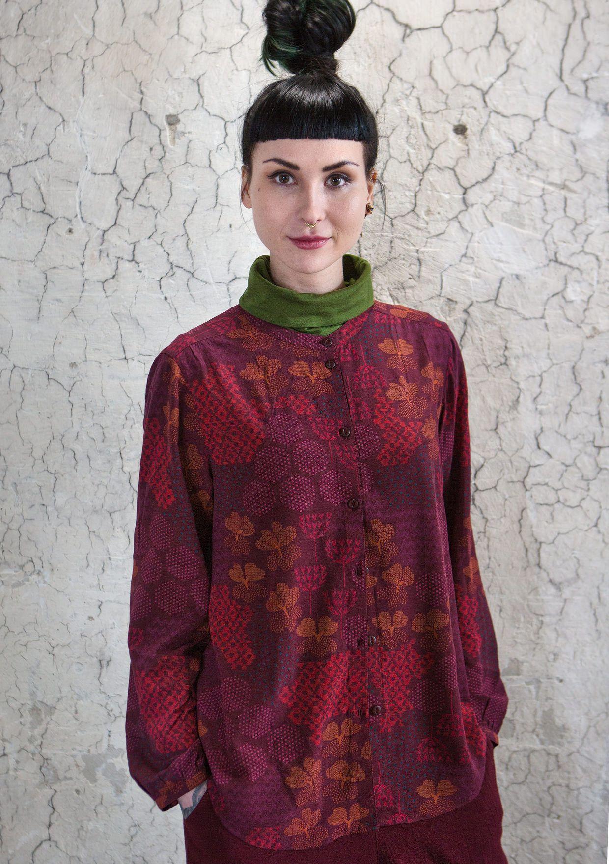 """Det perfekte tøj til alle sæsonens højtider. Klædelig bluse syet i skøn viskose med det fantastiske print """"Viola"""". Enkel model med lange ærmer og """"mormorknap""""."""