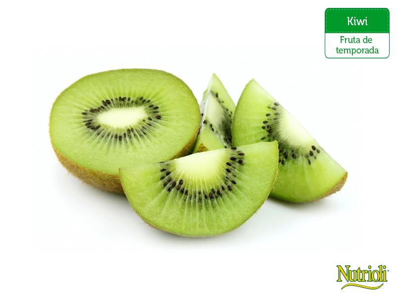 ¡Es temporada de kiwi! Agrega esta deliciosa fruta a tu alimentación: es una excelente fuente de vitaminas C, E y K, así como potasio, folatos y manganeso que ayudan a mantener una piel sana y prevenir enfermedades cardíacas. ¡Disfrútalo en tus ensaladas, jugos y smoothies!