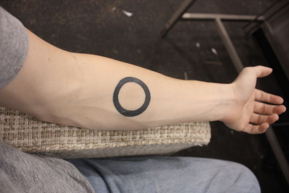 cercle tatou sur l 39 avant bras tatouage minimaliste cercle tattoo geometry minimalism. Black Bedroom Furniture Sets. Home Design Ideas