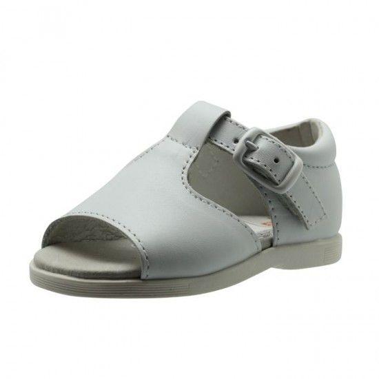 La utilización de pieles naturales en el calzado infantil le confiere un alto nivel de confort y flexibilidad, tan importante en la salud de los pies de los niños