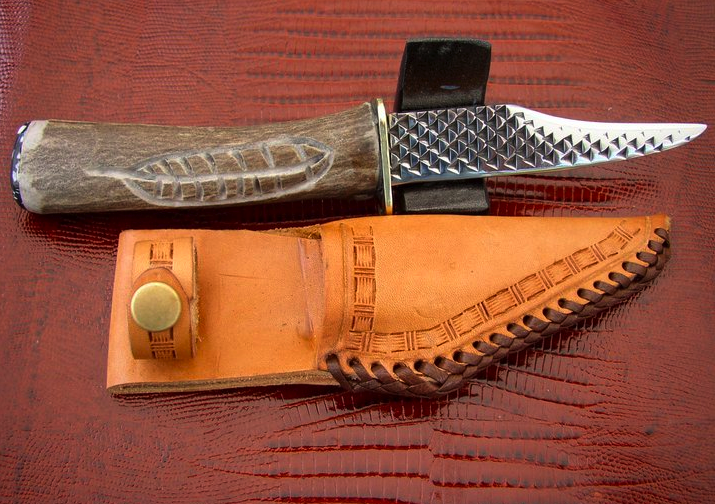 This knife is called the roper....it is sharp on the top and not the bottom....comes with a custom made sheath