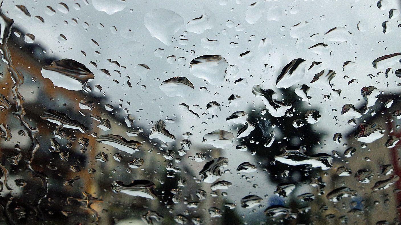 In Baden-Württemberg wurden nach heftigem Regen am Freitag erneut einige Straßen überflutet. Der Deutsche Wetterdienst (DWD) warnte am Abend weiter vor Unwettern im Land.