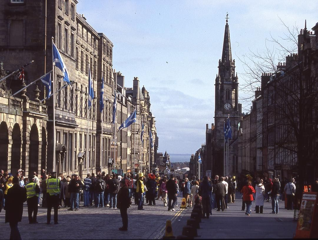 "Approximately one ""Scots mile"" long located in Old Town, the Edinburgh Royal mile is the busiest tourist site features many museums, shops and restaurants. #RoyalMile #igersedinburgh #thisisedinburgh #edinburghhighlights #Loveedinburgh #britishheritagetravel"