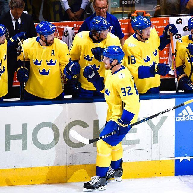 Tre Kronor Gar Till Den Andra Periodvilan Med Ledning 2 0 Mot Ryssland Malskyttar Var 92 Gabriel Landeskog I Powerplay Hockey World Cup Sports Jersey Hockey