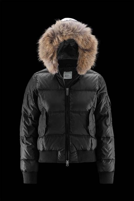 Woman's bomber with hood finished in real fur. An iconic piece of the brand with a modern twist. Young and trendy line, perfect to accompany you all winter, protecting you from the cold without giving up style. #urbanbrand #urbanwear #menstyle #menswear #urbanfashion #urbanoutfit #jackets