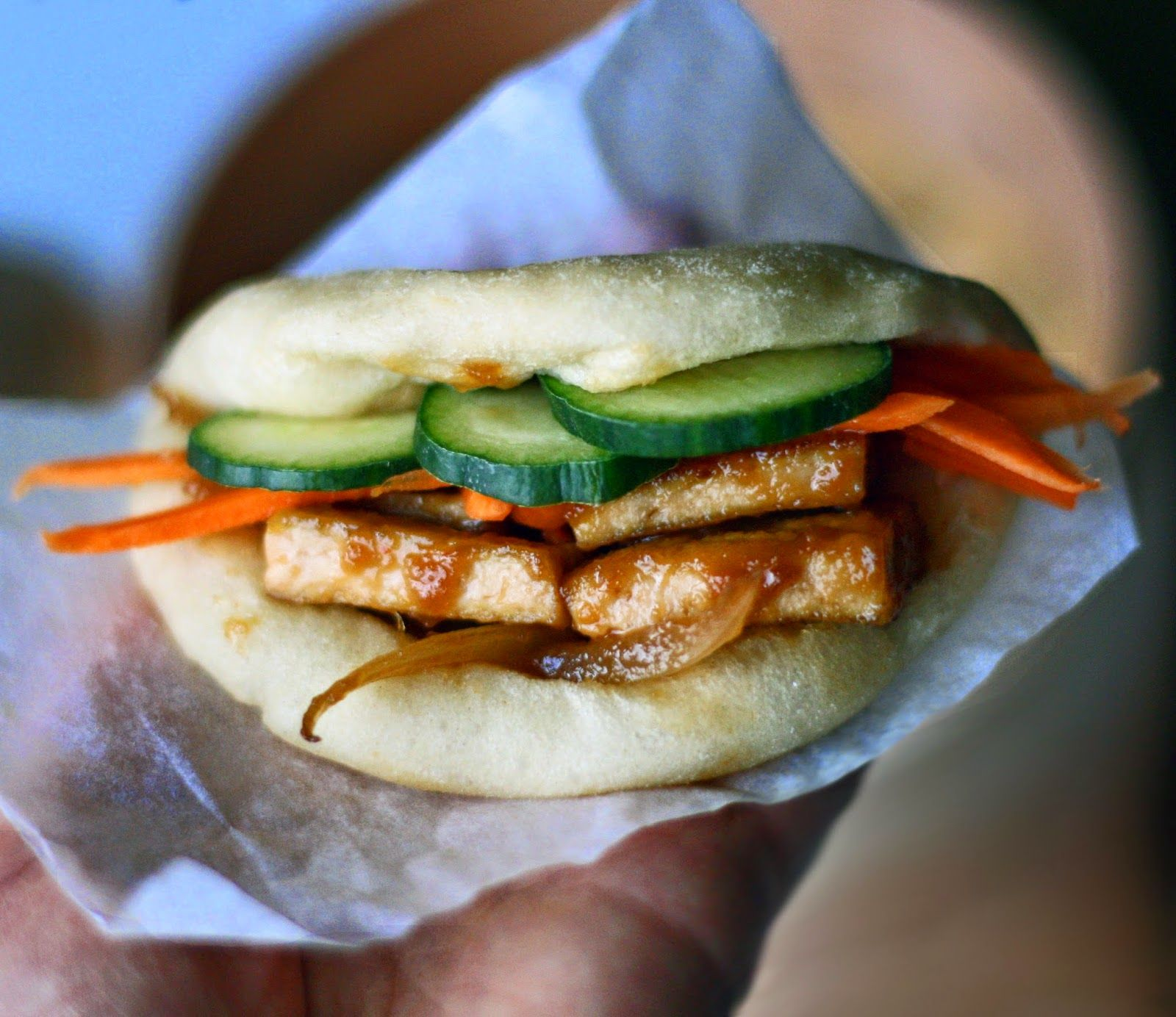 Tofu Gua Baos. Asian style steamed buns filled with caramelized tofu and quick-pickled vegetables. Vegan - by Maikin mokomin