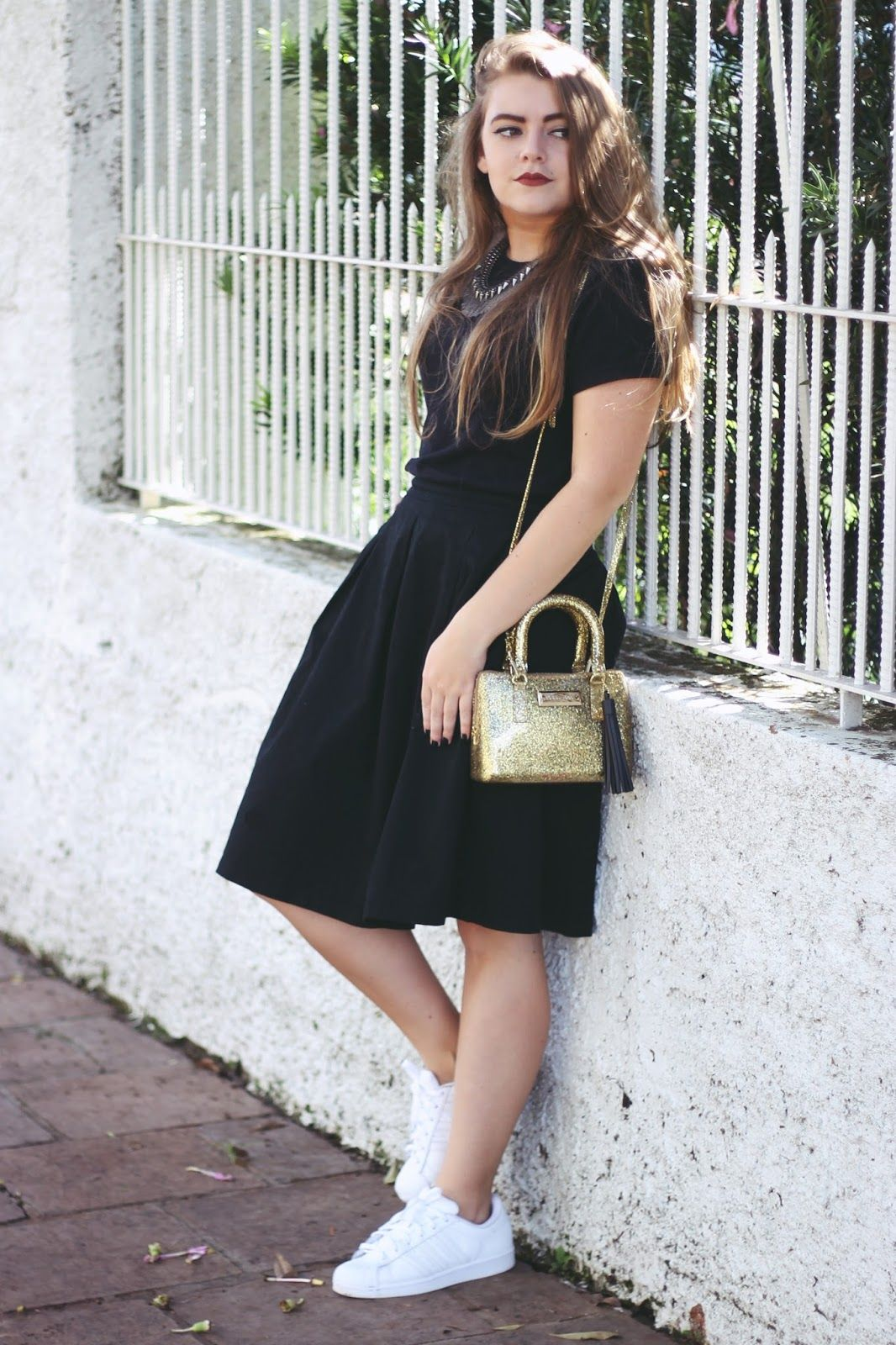 Black dress with adidas shoes - Look All Black Saia Midi Adidas Super Star Mini Bag Glitter