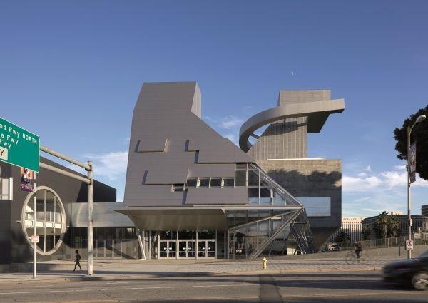 VisualARQ-Ramon C. Cortinas School (Los Angeles). Entrance to the Ramon C. Cortines School of Visual and Performing Arts from Grand Avenue, Los Angeles