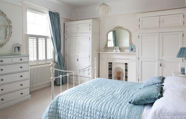 Des armoires qui semblent avoir été construites par un artisan pour combler un besoin de garde-robes. Les plus: Le vieux miroir, les persiennes, le lit en fer blanc et la douceur du bleu en accent. Tulse Hill Home. (Houzz)