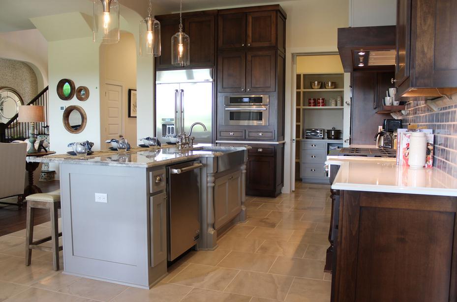 grau-Küche-Kabinette und Zähler oben Herd gesehen nebeneinander auf ...