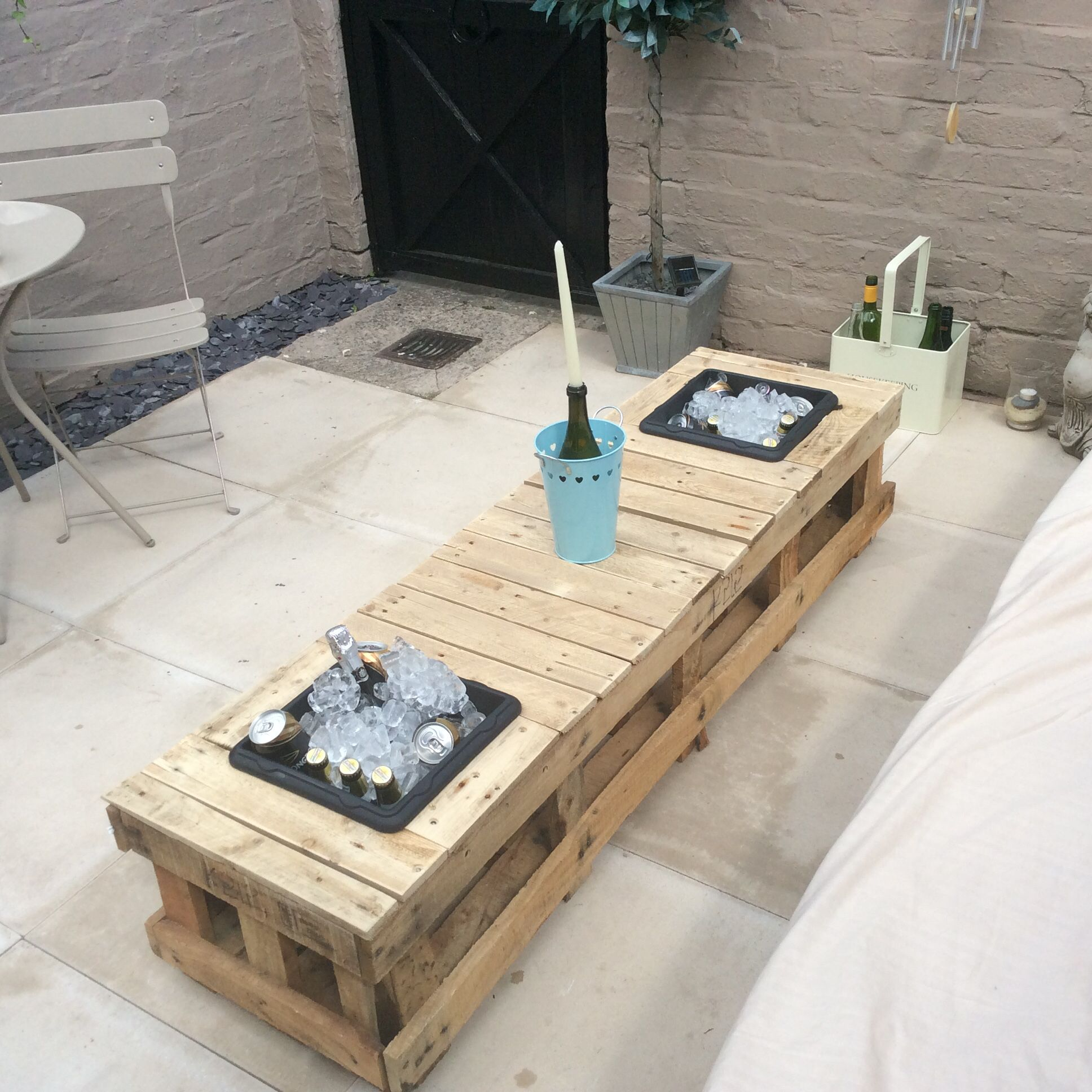 Ice Bucket Table My First Attempt At A Pallet Table With Ice Buckets Diy Pinterest