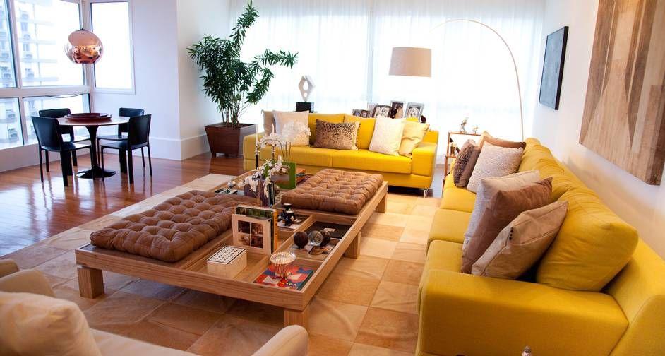 No projeto acima, do arquiteto Maurício Nóbrega, a planta se destaca em meio ao fundo branco e aos sofás amarelo, além de trazer um frescor ao ambiente Foto: Otavio Serra / Divulgação