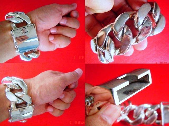 Heavy silver bracelet. Pulserón de plata gordo.