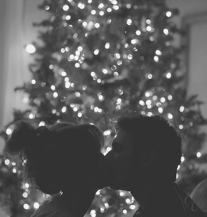 поцелуй у елки гиф