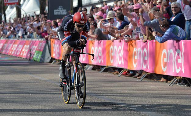 Giro DItália: Tom Dumoulin vence contrarrelógio de abertura