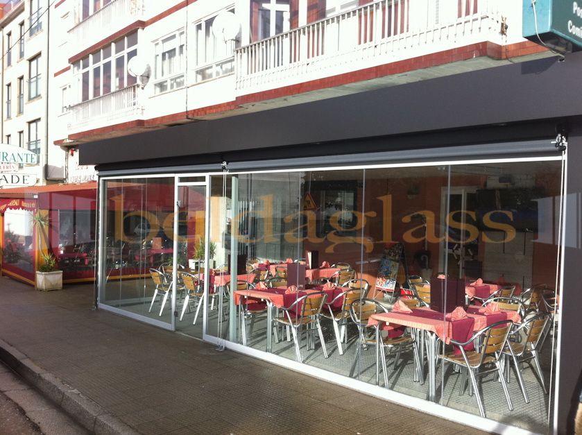Terraza de restaurante con fachada de cortina de cristal sin guia ...