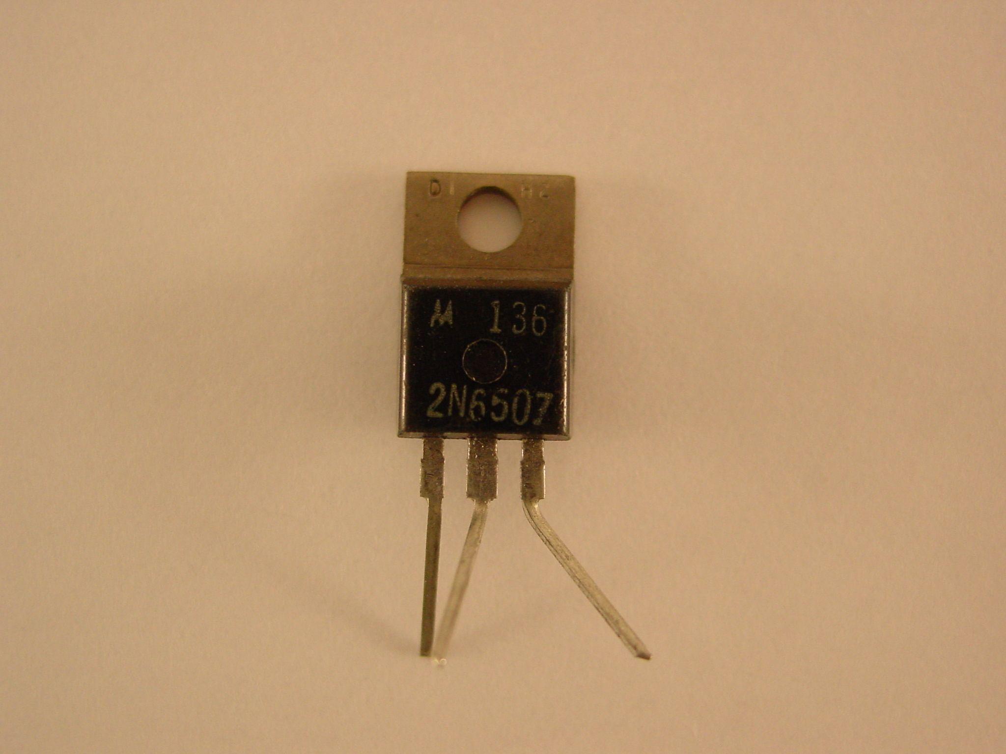 [Transistor bipolar]. [19--]. 3 x 1 x 0,5 cm. Museo Histórico de la Informática (Boadilla del Monte, Madrid) http://www.mhi.fi.upm.es Colección Digital Politécnica http://cdp.upm.es/R/?object_id=476914&func=dbin-jump-full
