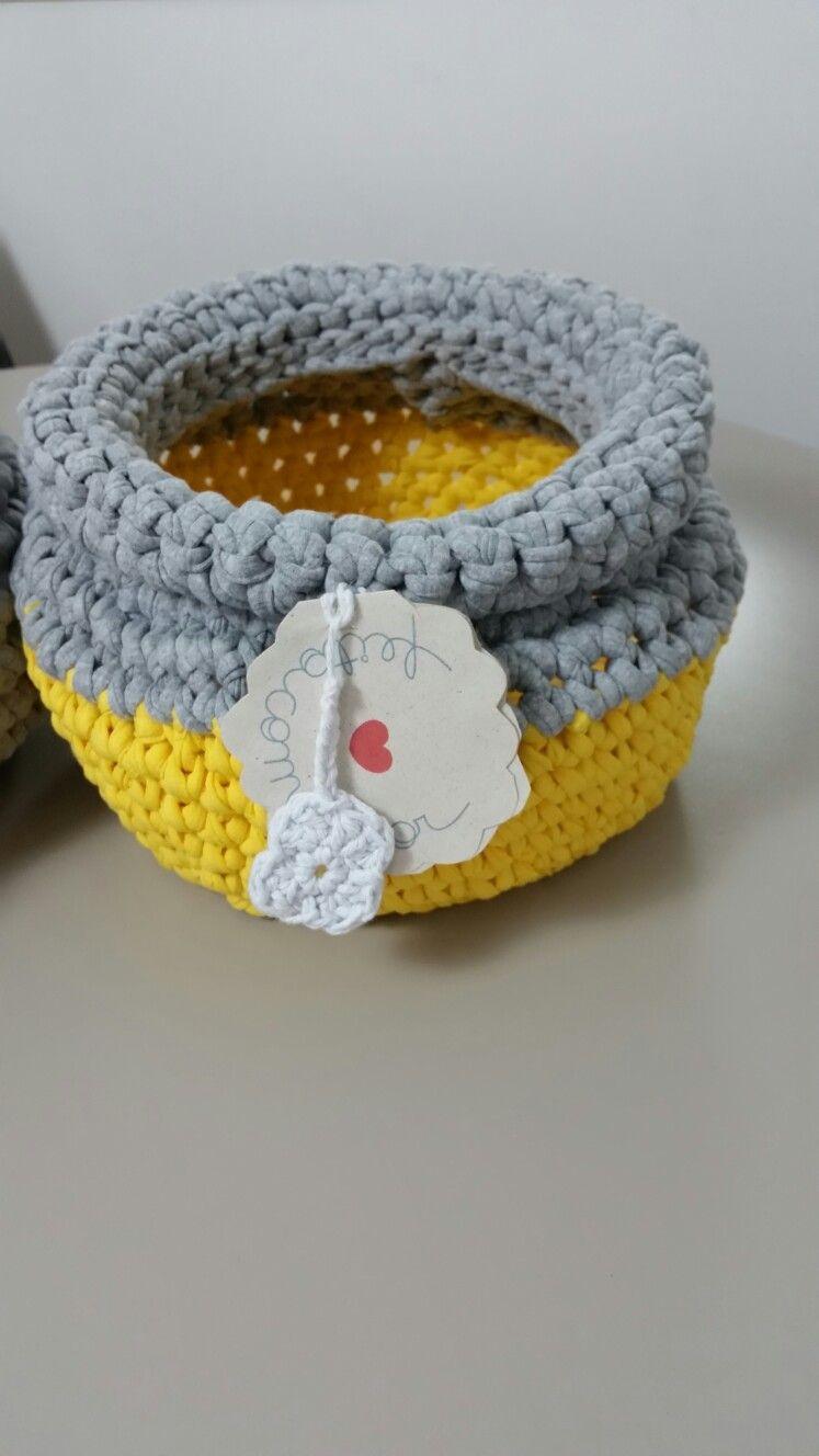 Cesto de crochet em fio de malha. R$60.