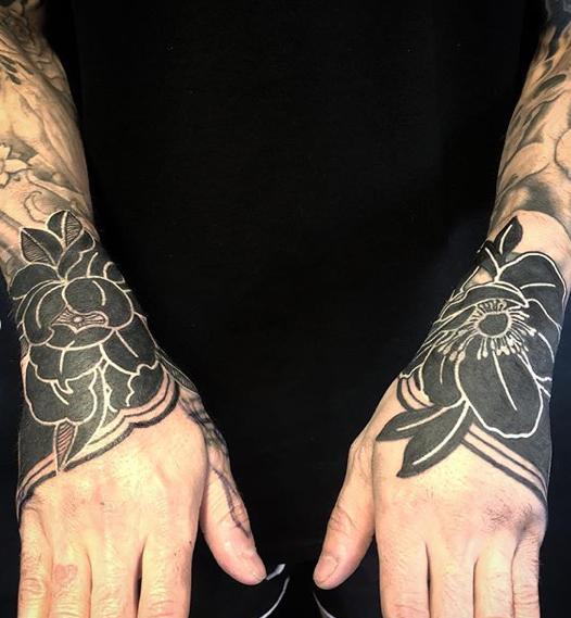 Heavy Blackwork Tattoo Stunning Ornamental Flower Cuffs On The Hand Done By Jesse Singleton At Scratchline Tattoo Hidde Hand Tattoos Blackwork Tattoo Tattoos