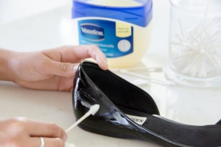 Buty Co Zrobic Zeby Wygladaly Jak Nowe Krok Do Zdrowia Patent Leather Shoes Black Patent Leather Shoes Shoes Hack