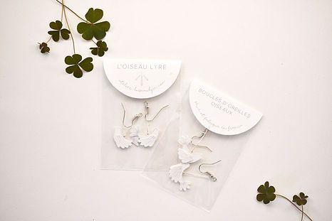 Des boucles d'oreilles en papier pour se parer de légèreté.